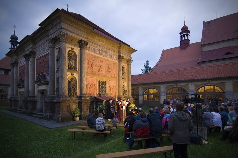 The non-traditional evening visit of the Baroque cultural monument Loreta Rumburk offers a program for the whole family.