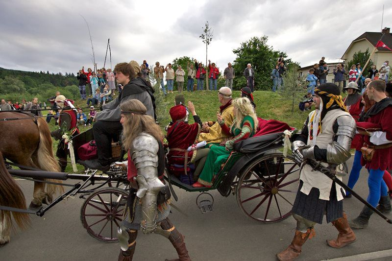 Take a trip together with Emperor Charles IV, his wife, knights and horsemen!