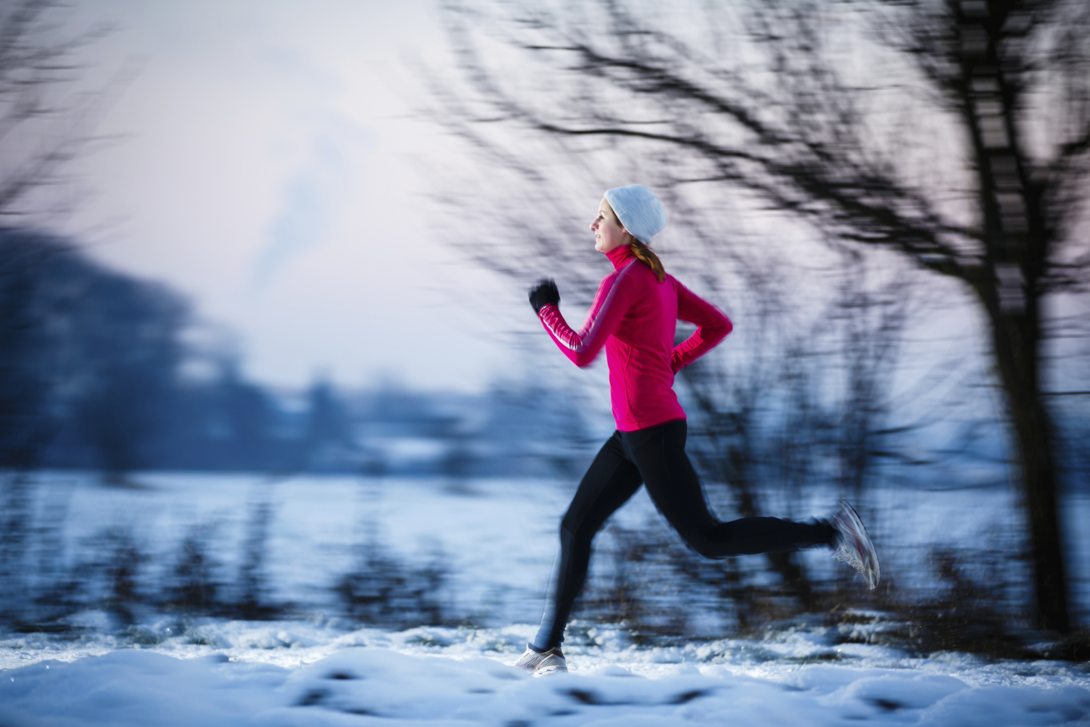 How about taking a run in the snow? Join one of the winter running eventsBiegać można również na śniegu. Ruszaj na zimowe zawody..
