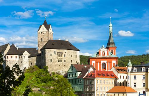 Las frías paredes del poderoso castillo de Loket se vuelven cálidas en el acogedor ambiente de las fiestas de Carlos IV.