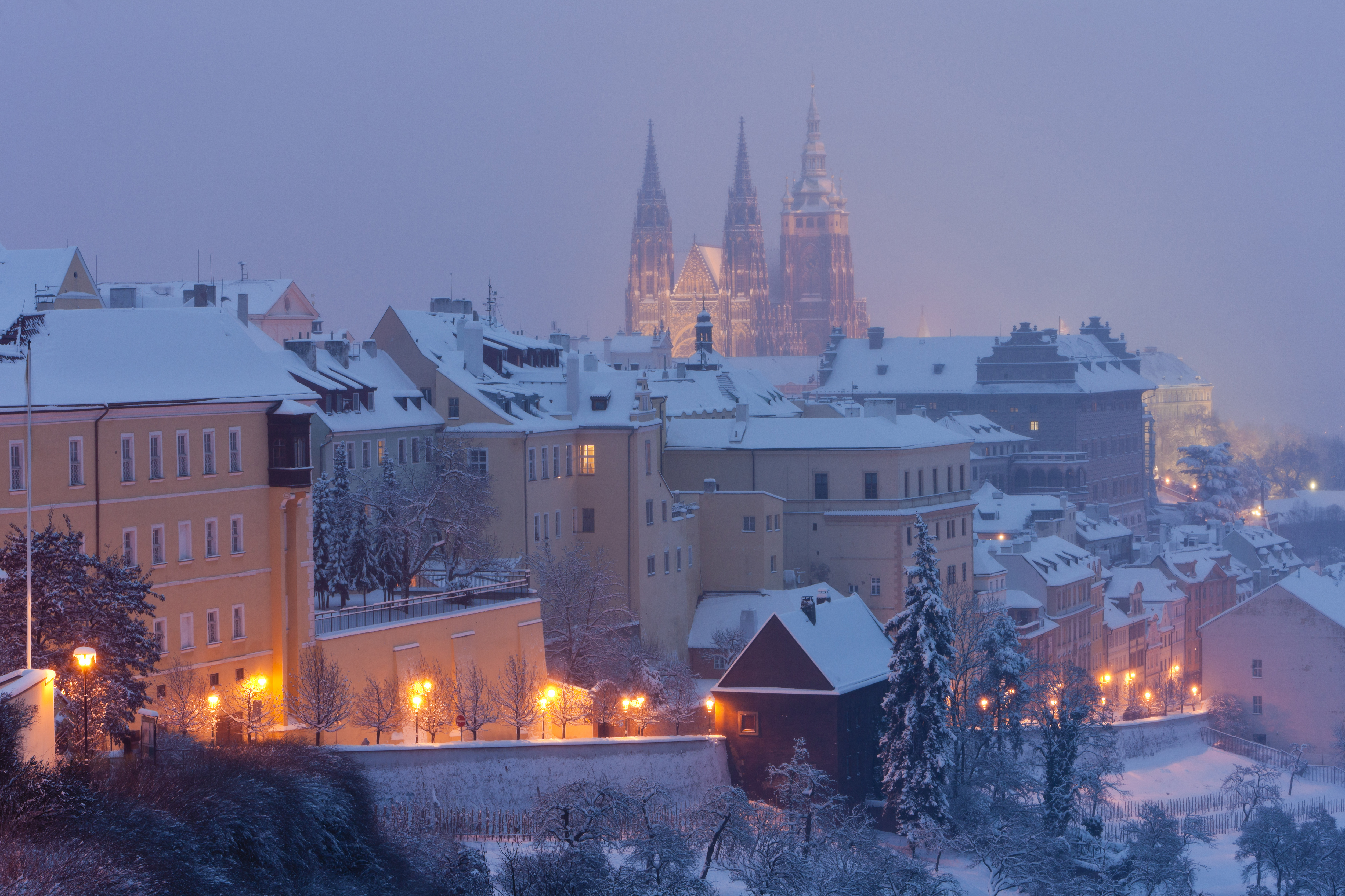 Also this year the sweet scent of mulled wine and trdelník (sweet pastry) will waft around Prague Castle. More than 70 stallholders will display their wares at Christmas markets here.