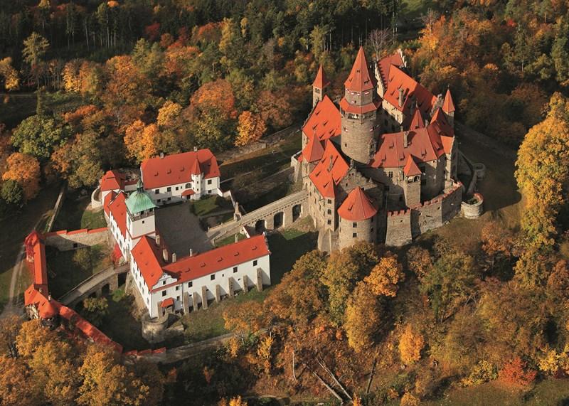 Travel Review Media heeft Bouzov geplaatst in 10 Europese kastelen die u moet bezoeken