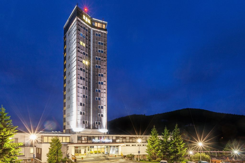 地平线旅馆,斯涅什卡山下的贝茨