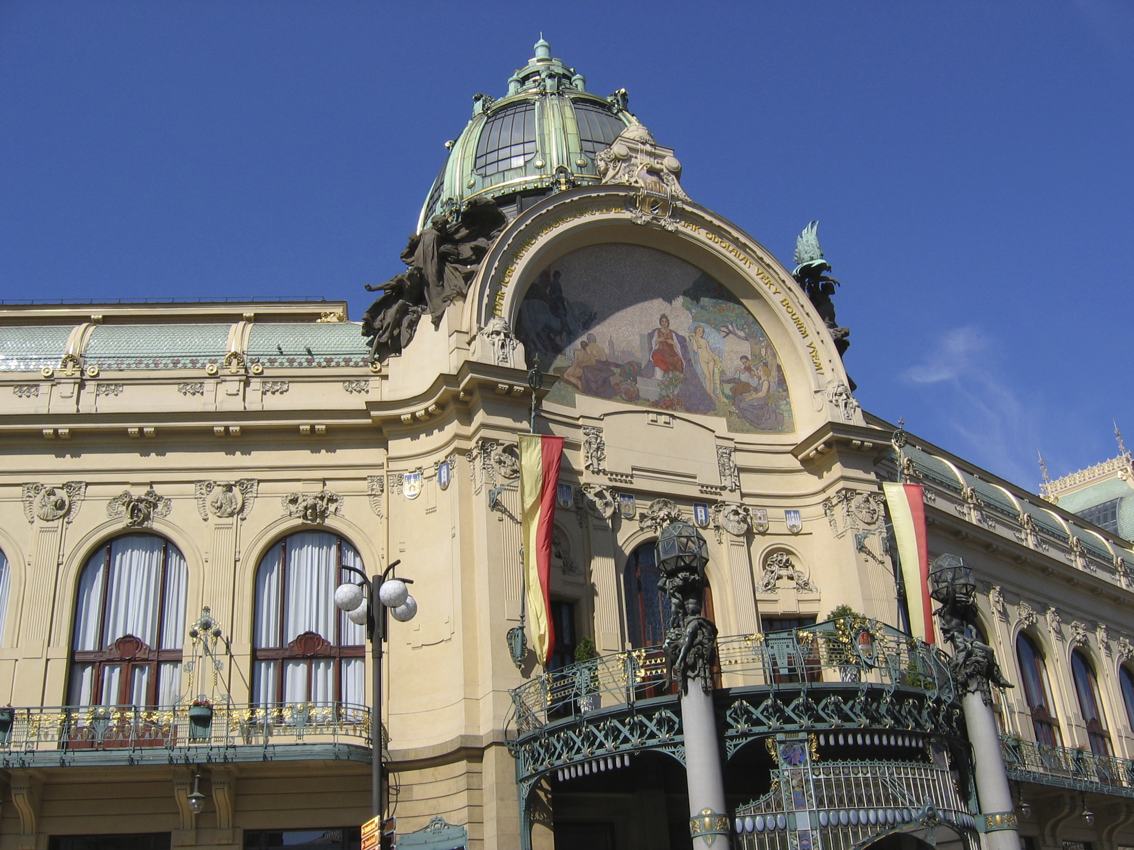 Art Nouveau is vibrant, encouraging, optimistic and elegant. Get to know it better in one of Prague's most famous Art Nouveau buildings.